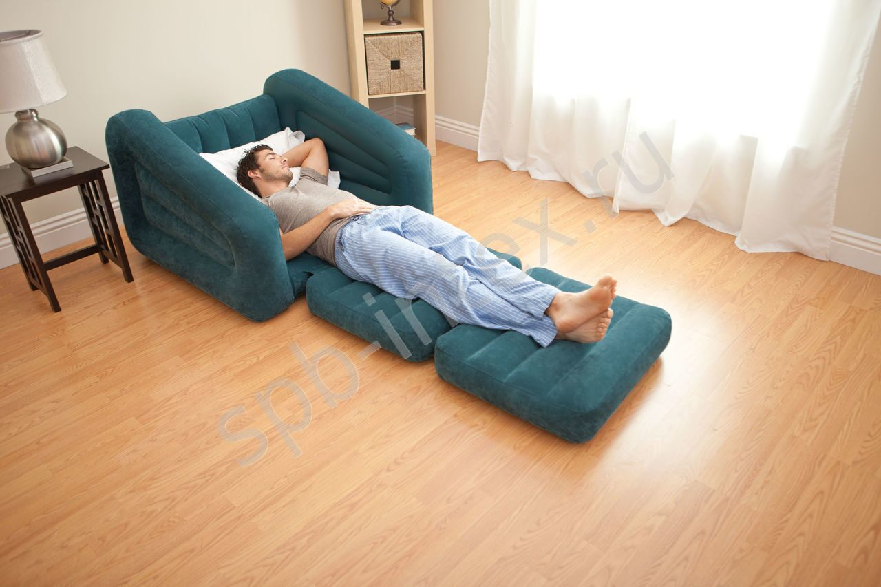 Телка на синем надувном кресле 12 фотография
